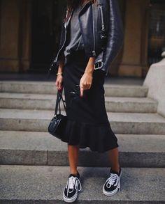 Schwarze Lederjacke schwarzes T-Shirt schwarzer Midirock schwarze Vans Black Women Fashion, Look Fashion, Fashion Models, Winter Fashion, Fashion Outfits, Womens Fashion, Vans Fashion, Fashion Clothes, Looks Style