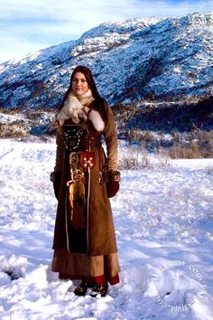Highland Bondi girl in winter clothes. Viking Garb, Viking Reenactment, Viking Dress, Viking Warrior, Viking Ship, Viking Life, Viking Woman, Renaissance, Historical Costume