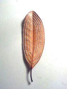 Not paying attention to the veins but focusing on the shape of the leaf Dry Leaf Art, Leave Art, Decorative Leaves, Embroidery Leaf, Leaf Crafts, Feather Painting, Thread Art, Stone Crafts, Fabric Jewelry
