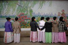 Alcune donne vestite con abiti tradizionali aspettano la metropolitana a Pyongyang, il 7 maggio 2016. - Damir Sagolj, Reuters/Contrasto