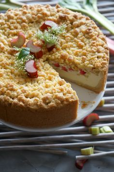 """Rhubarb Crumble Cheesecake - Lissi& P . - In terms of taste, the rhubarb crumble cheesecake can fully compete with the """"classic cheesecake wi - Easy Cake Recipes, Baking Recipes, Cookie Recipes, Sweet Recipes, Dessert Recipes, Sweet Potato Crisps, Rhubarb Crumble, Classic Cheesecake, Puddings"""