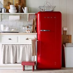Vintage Kitchen Vintage Appliances: Why buy any old appliance when you can get one with decorative charm, like this Smeg fridge? - Some things never go out of style. Red Kitchen, Kitchen Decor, Kitchen Ideas, Space Kitchen, Kitchen Interior, Kitchen Designs, Kitchen Small, Kitchen Colors, Vintage Kitchen