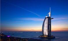 Das Burj Al Arab von #Jumeirah ist mit seiner segelförmigen Silhouette ein Symbol des modernen #Dubai. Einzigartiger Komfort und Service machen dieses luxuriöse #Hotel umverwechselbar. Neun Weltklasse-Restaurants, vier Swimmingpools und ein Privatstrand laden zu einem unvergesslichen Erlebnis ein.Beste Reisezeit:Dubai kann sowohl im Sommer als auch im Winter bereist werden. Im Sommer ist es um einiges günstiger und auch nicht so überfüllt. Shopping hat generell 12 Monate lang Saison.