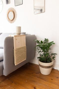 You are fed up that your cat destroys your sofa by making its claws .- Are you tired of your cat destroying your sofa by clawing on it? Make this cat scraper that sits on the armrest of your sofa. This is the solution you dream of! Diy Furniture Table, Pet Furniture, Diy Cat Tree, Cat Scratching Post, Cat Scratcher, Cat Room, Cat Decor, Cat Wall, Cat Supplies
