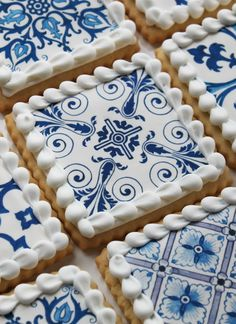 Beautifully detailed cookies based on classic Delft tiles. Royal Icing Cookies, Cupcake Cookies, Sugar Cookies, Pretty Cakes, Beautiful Cakes, Amazing Cakes, Cookie Designs, Fancy Cakes, Delft