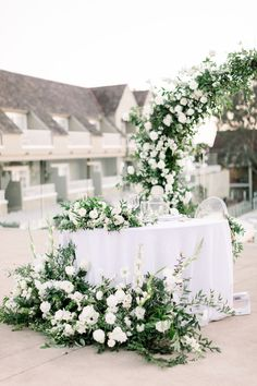 White Wedding Arch, Wedding Ceremony Flowers, White Wedding Flowers, Floral Wedding, White Flowers, Sweetheart Table Backdrop, Round Wedding Tables, Kew Gardens, Covent Garden