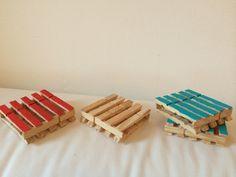 Mini-pallet onderzetters gemaakt van wasknijpers