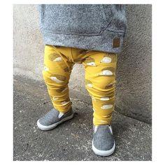 """h e d g e h o g s  Kombinasjonen av grått og gult tror jeg må være min favoritt hittil i """"høst"""" Det er bare så himla fresht og fint! Og er ikke denne nye pinnsvin-leggingsen fra Lindex helt nydelig?! Og til alle fine svensker: pinnsvin=igelkottar  Leggingsen kommer i str. 62-86 og koster 99,-, og genseren i str. 62-86 til 149,-. Regram: @petterssonemma_  #fashionforminis1 #babyfashion #kidsfashion #sweet #new #newin #outfit #ootd #yellow #hedgehog #print #cool #baby..."""