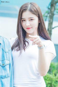 ★♀Non Stop Beauty™ Nancy Beautiful Chinese Girl, Beautiful Girl Image, Beautiful Asian Women, Beautiful Celebrities, Beautiful Actresses, Korean Beauty Girls, Asian Beauty, Nancy Momoland, Top 5