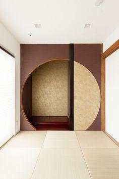 ご主人様がデザインされた和室の床の間。金箔調の壁紙とアールのデザインをうまく組み合わせて、品格を保ちつつ、モダンでおしゃれな世界に一つだけの和室が完成。#和室 #モダンな和室 #コーヨーテック #無添加住宅 #しっくいの家 #食べられるお家 #自然素材 #新築 #注文住宅兵庫 #注文住宅加古川 #注文住宅赤穂 #注文住宅姫路 #注文住宅西宮 #マイホーム計画 Japanese Living Rooms, Japanese House, Minimalist Interior, Minimalist Living, Tatami Room, Japan Interior, Beautiful Home Designs, Interior Decorating, Interior Design