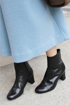 AFFRACHIEショートブーツ  AFFRACHIEショートブーツ 21384 2016AW SLOBE IENA AFFRANCHIE SLOBEオリジナルシューズから新ラインがデビュー パンプスを好む女性に送る第2の靴 トレンド感がありながらもどこか女心をくすぐるデザインがコンセプト 足元から始まるフェミニンで今年らしいおしゃれを提案します シンプルなショートブーツはトレンド感ある旬のスタイリングが出来るので重宝するアイテムです こちらの商品はSLOBE IENAでの取り扱いになります 直接店舗へお問い合わせの際はSLOBE IENA店舗へお願い致します 店頭及び屋外での撮影画像は光の当たり具合で色味が違って見える場合があります 商品の色味はスタジオ撮影の画像をご参照ください