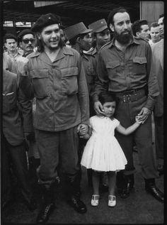 Ernesto Che Guevara sosteniéndole la mano a su hija, Hildita, cuando ella tenía cuatro años. Antonio Núñez Jiménez le sostiene la otra mano.