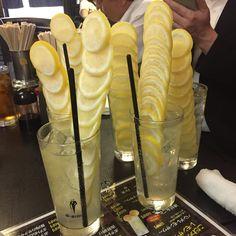 横浜市の桜木町にある居酒屋「ふくふく」が提供しているレモンサワーがSNSをザワつかせています。そびり立つレモンが効いた爽やかな味と、何よりこの見た目がフォトジェニックと大人気。今回は横浜の新名物「凍結丸ごとレモンサワー」のご紹介です。