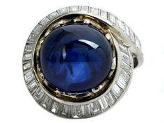 Ringweite: 58. Ringkopfdurchmesser: ca. 2,2 cm. Gewicht: ca. 13,5 g. WG 750. Eleganter Ring mit feinem, rundem Saphircabochon, ca. 15,1 ct, umrahmt und...