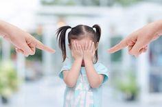 Niña pequeña llorando por los gritos de sus padres