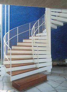 Em formato helicoidal, a escada projetada por Francisco Fanucci e Marcelo Ferraz tem espelhos de chapa grossa metálica e pisadas de pau-marfim. O primeiro degrau tem formato de caixa.
