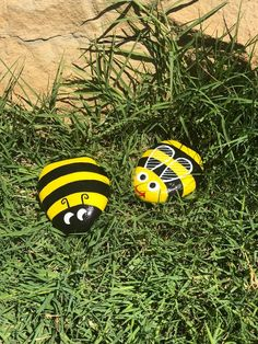 Charming Bumble Bee Painted Rocks Very cute yellow and black painted bumble bee rocks. They are between 3 inches. Painted Rock Animals, Painted Rocks Craft, Hand Painted Rocks, Lady Bug Painted Rocks, Painted Garden Rocks, Rocks Garden, Rock Painting Patterns, Rock Painting Ideas Easy, Rock Painting Designs