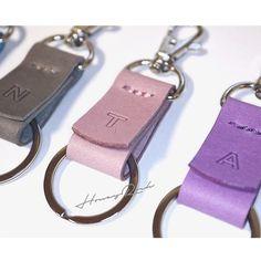 カラフル☆イニシャル刻印 シンプルレザーキーホルダー Diy Leather Earrings, Leather Keyring, Leather Art, Leather Cover, Leather Accessories, Handmade Accessories, Crafts To Make And Sell, Leather Pattern, Small Leather Goods