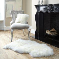tapis alternatif- fourrure blanche en face de la cheminée noire Fourrure  Blanche, Cheminée Noire 614c98738e0