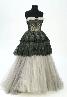Evening Gown: ca. tulle, Chantilly lace, Ottoman silk lining. Vintage Evening Gowns, Vintage Gowns, Evening Dresses, Vintage Outfits, 1950s Dresses, 1950s Fashion, Vintage Fashion, Dresses For Teens Black, Formal Dresses For Weddings