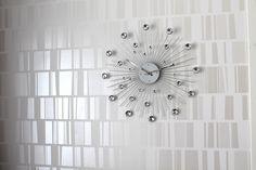 Upea kello ja tapetti yhdistelmä (Home white home -blogista, kelloa saa ainakin Stockmannilta)