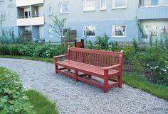 Designad trädgårdsmöbel och soffa i enkel design.