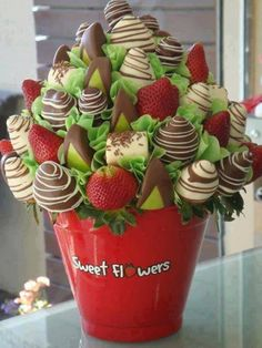 """Strawberry Chocolate """"Flowers"""" pot <3. Love this presentation <3  From www.vietnamesefood.com.vn Edible Fruit Arrangements, Edible Bouquets, Edible Flowers, Fruit Flowers, Candy Flowers, Flower Bouquets, Real Flowers, Floral Arrangements, Chocolate Flowers"""