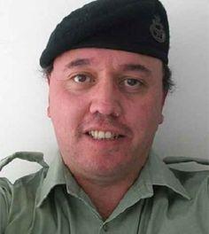 Un soldato pauroso spara per sbaglio contro lo specchio