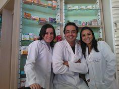 Farmacêutico e estaguários da FarMe. Foto por Pedro Canete.