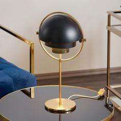 Lampada da tavolo Multi-Lite - indipendente e versatile Questa lampada da tavolo si distingue ovunque anche quando è spenta: Da un lato, si caratterizza per la lavorazione di alta qualità che caratterizza i prodotti del produttore danese di illuminazione e mobili Gubi. D'altra parte, il design è inconfondibile; due quarti di sfera sono montati in modo mobile in un anello di ottone, che può essere spinto in qualsiasi posizione intorno a due cilindri centrali. Ciò consente di modificare a… Brass Table Lamps, Desk Lamp, Furniture Manufacturers, Messing, Lighting, Gold, Interior Design, Home Decor, Shape
