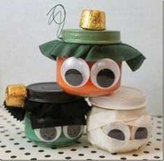 Halloween Crafts with Mason Jars - Mason jar crafts for Halloween. Kids craft for Halloween using mason jars. Fun Halloween Crafts, Easy Halloween Decorations, Holiday Crafts, Halloween Ideas, Halloween Parties, Spooky Halloween, Hallowen Party, Halloween Stuff, Fall Crafts