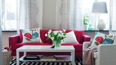 Room-setting with sofa, armchair, coffee table and textiles.... mesa de centro con espacio abajo para libros, un sofa de contraste