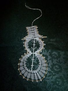 Risultati immagini per Aase Nilsson vánoce anděl Crochet Christmas Trees, Christmas Tree Decorations, Bobbin Lace Patterns, Lacemaking, Tatting, Crochet Earrings, Drop Earrings, How To Make, Inspiration