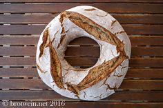 Brot: Roggenmischbrot als Roggen-Weizen-Ring mit Sauerteig und Roggen-Weizen-Mehlverhältnis 75:25. Kräftiger Geschmack, milde Säure