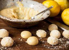 Brigadeiro de Limão Siciliano  395g de leite condensado    50g de chocolate branco (raspas)    1 colher (sopa) de manteiga sem sal    2 limões sicilianos (raspas)    Suspiro triturado para decorar