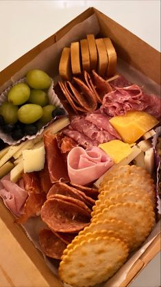 Meats and cheese packaged perfectly in a biodegradable box for take out. Charcuterie Gifts, Charcuterie Recipes, Charcuterie Platter, Charcuterie And Cheese Board, Cheese Boxes, Cheese Platters, Graze Box, Cheese Packaging, Brunch