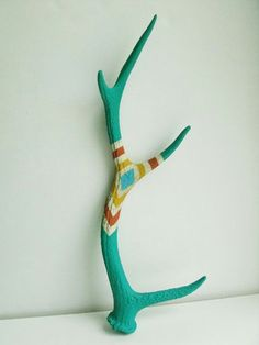 Ooh- antlers hanging in porch as coat/hat hooks? Painted Antlers, Painted Driftwood, Painted Branches, Hand Painted, Antler Crafts, Antler Art, Hippie Accessoires, Crafts To Do, Arts And Crafts