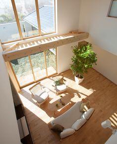 吹き抜けリビングのキャットウォーク。窓のメンテナンスはもちろん、日差しを和らげるルーバーの役割も果たします。|インテリア|ナチュラル|コーディネート|デザイン|おしゃれ|吹き抜け|