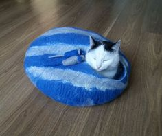 Striped bed with 2 mouses - cat bed, cat house, cat cave felted, pet bed, bed with toys, wool cat house, bed felted
