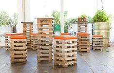 Barkrukken van sloophout en een bartafel gemaakt met planken van een pallet.