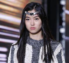 Le diadème futuriste du défilé Louis Vuitton