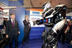 IdeenExpo 2013 in Hannover: Ist der riesig!!! Am Stand von NiedersachsenMetall kann man Knox the robot bewundern - einen Roboter, der größer ist als ein ausgewachsener Mann!