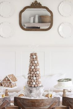 How to make stunning, whimsical donut hole tree for your next special gathering! So simple and fun! Christmas Donuts, Christmas Brunch, Christmas Breakfast, Christmas Baking, Christmas Cakes, Christmas Sweets, Christmas 2019, Christmas Ideas, Hot Chocolate Bars