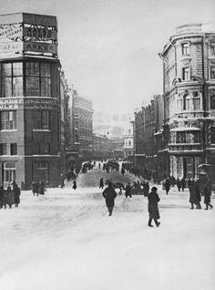 Вид на Тверскую (ныне улица Горького) с Манежной площади ( ныне площаль 50-летия Октября).