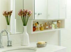 Costuma usar o celular enquanto vai ao banheiro? Isso pode ser perigoso. Saiba mais sobre essas e outras atitudes que colaboram para a proliferação de bactérias. Deixar a toalha secando no gancho e guardar escova de dentes no armário são outras armadilhas. Saiba mais!