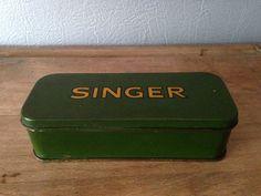 Ancienne boîte publicitaire en fer de la marque Singer.