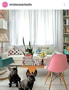 Sala clara com pontos de cor
