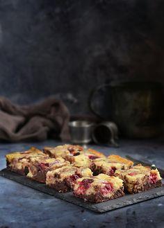 Kókuszkrémes-málnás brownie recept Coconut brownies with raaspberries Coconut Brownies, Mousse, Banana Bread, French Toast, Muffin, Paleo, Breakfast, Food, Morning Coffee