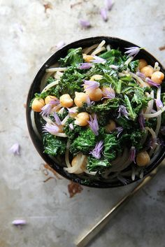 Pasta with Shredded Kale, Garbanzo Beans, Lemon and Garlic - i never know how to use kale.  this one looks great.