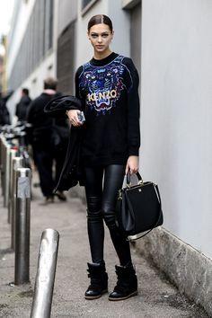 Acheter la tenue sur Lookastic:  https://lookastic.fr/mode-femme/tenues/pull-surdimensionne-noir-leggings-baskets-compensees-sac-a-main-noir/1346  — Pull surdimensionné imprimé noir  — Leggings en cuir noirs  — Sac à main en cuir noir  — Baskets compensées en cuir noires